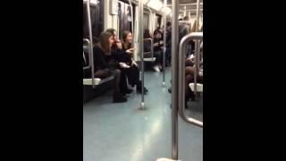 Селфомания испанских девушек в метро Барселоны