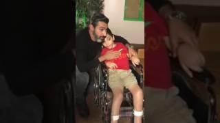 في لحظة انسانية طفل يقتحم تصوير مسلسل ظل الرئيس و الفنان ياسر جلال يرحب بة