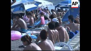 Japanese try hard to enjoy beach life
