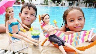 Barbie ve Ken! 🌞🌊 Havuz oyunları! Yaramaz çocuklar Barbie ıslattılar! Havuz Partisi. Çocuk video