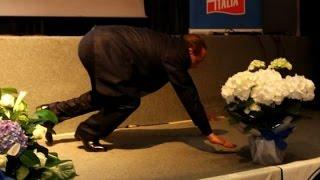 Berlusconi caduta di stile