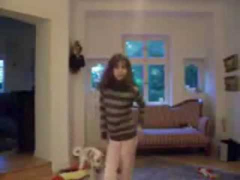 Niña bailando solo observen al perrito de atras