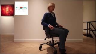 Sedia che si alza elettricamente, con base ad H per spingersi con i piedi e con i freni