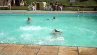 Dê escorregando na piscina