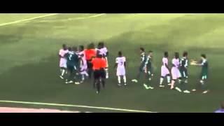 شجار بين نبيل بن طالب لاعب الجزائر ولاعبي غانا في مباراة اليوم