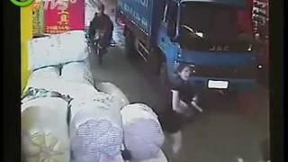 طفلة دهستها سيارتان في الصين وتركها المارة تنزف