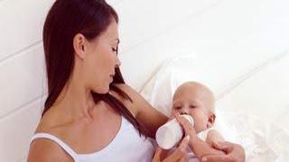हाथ की मदद से माँ का दूध कैसे निकालें - Onlymyhealth.com
