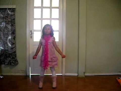 Kaila menina de 5 anos dança e canta a música Hush Hush