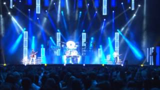 Pooh - Il cielo è blu sopra le nuvole (Live) + presentazione di Roby