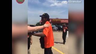 Le regalan auto a joven que caminaba millas para trabajar