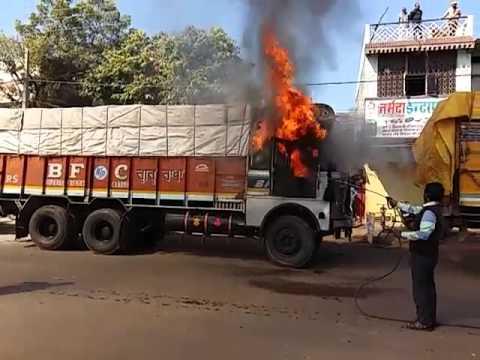 VIDEO: दादी-पोती की मौत पर आक्रोशित भीड़ ने की तोड़फोड़, ट्रक में लगाई आग