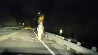 Palhaço assassino aparece no meio da estrada