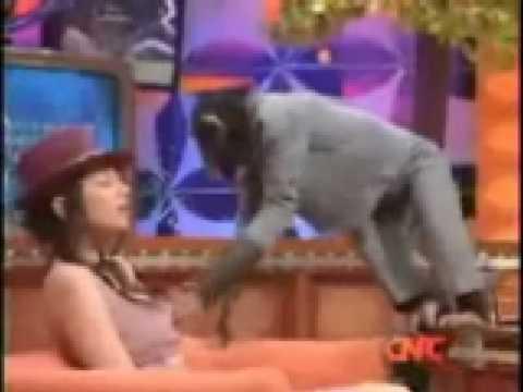 monyet pegang susu cewek