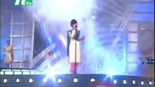 Beauty Sings Old Bangla Song.flv