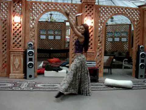 Juliana Paes ensaiando dança para a novela Caminho das Índias