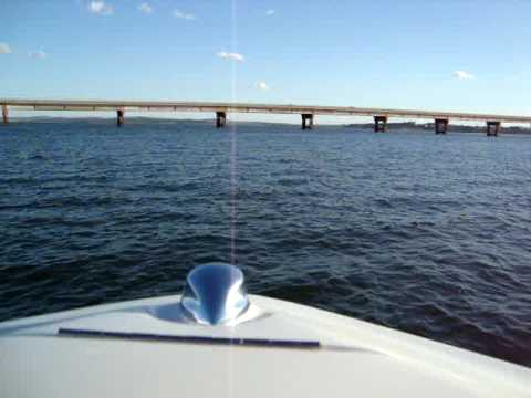 passando de lancha por baixo da ponte da represa de avare