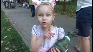 Алиса гуляет на улице с мамой и друзьями !!!