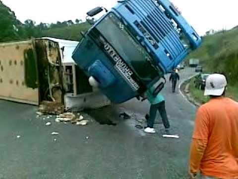Acidente com carreta Estrada Tenente Marques em Santana de Parnaíba.