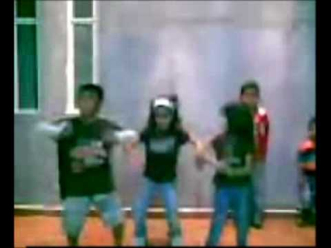 niños bailando reggaeton