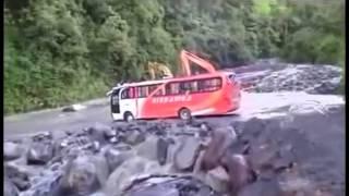 Begini Skill Para Sopir Bus Menghadapi Medan Berat