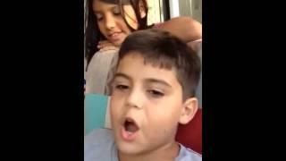 Menino cantando igual ao zeze Di Camargo
