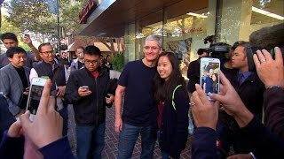 CNET News - Line up for an iPhone 6, get a selfie with Tim Cook