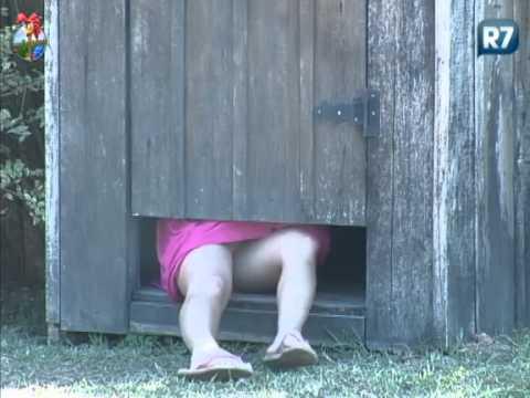 Diego Tranca Robertha no Banheiro e Ela Escapa Por Debaixo da Porta A Fazenda 5