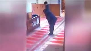 كاميرات المراقبة ترصد طفل يلعب مع والده أثناء الصلاة شاهد ماذا فعل الأب عند إنتهاء الصلاة