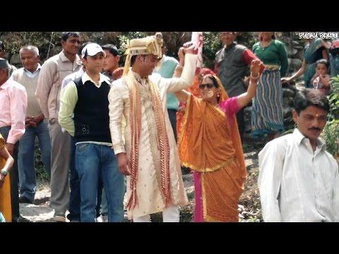 पहाड़ी शादी में बारातियों का डांस । Baraati Dance in Pahadi Shaadi । Chholiya Dance