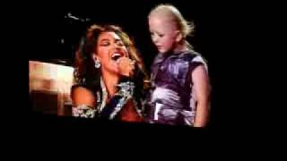 Beyonce in Sydney 18/ 09 /09 sings Halo to a special young girl High Quality