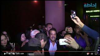 ihata.ma - النجم عزيزداداس يفاجئ الجمهور أثناء عرض فيلم في بلاد العجائب