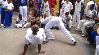 Prof  Atabaque e Mestre Carlinhos Canabrava em Roda da Guerra pela Paz   31 12 2013