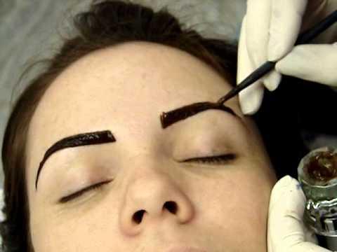 Tintura de Henna Lú Brandão em sobrancelha