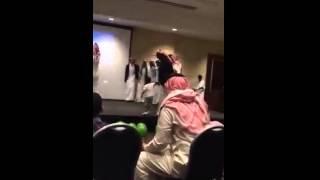 معلمه امريكيه ترقص رقص سعودي ههههه