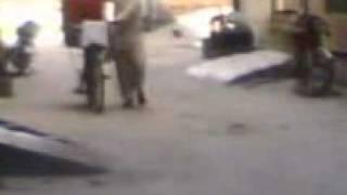 funny  sales man in our street(kulfi koye malai di te sb nu kani chaye de.3gp