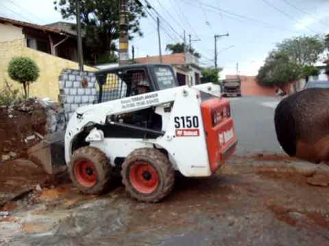 Romano terraplanagem Bobcat carregando caminhão ford cargo