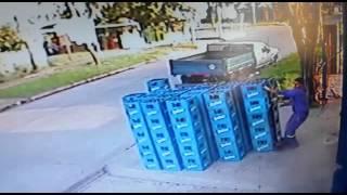 A un empleado se le caen 8 pilas de cajones de cerveza Quilmes