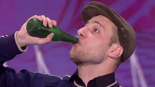 Iluzjonista udawał pijanego na scenie