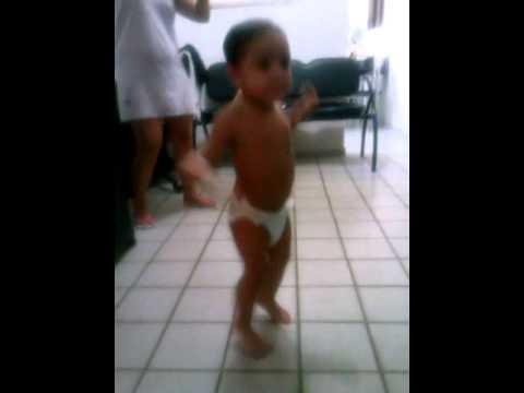 Menino de 2 anos dançando o quadradinho de 8