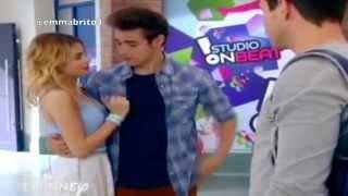 León agarra de la cintura a Violetta cuando está hablando con Alex (03x11)