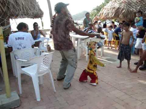 El muñeco que baila champeta en Taganga