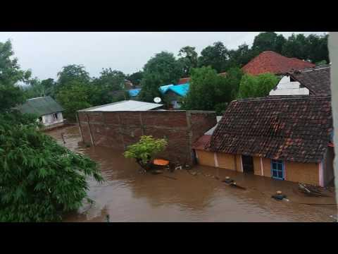 Detik detik rumah kebawa banjir bandang. Kampung ranggo bima