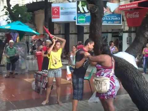 Mulher encontra namorado na rua com amante