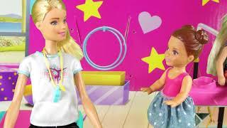 Rodzinka Barbie - Bliźniaczki na gimnastyce. Bajka dla dzieci po polsku. The Sims 4. Odc. 76