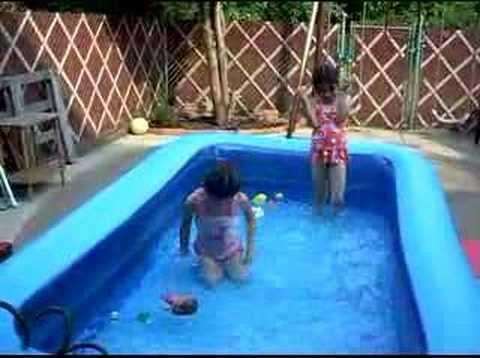 jennifer y nicole banandose en la piscina