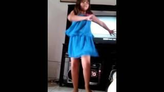 Niña bailando ella es la más bonita del barrio
