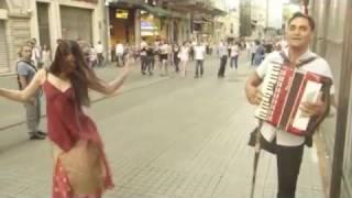 آکاردئون نوازی خیره کننده یک معلول و رقص زیبای یک رهگذر- Istanbul