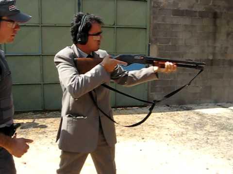 Luis Eduardo atirando com um rifle calibre 12