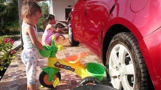 Balita lucu ikut kerja bakti cuci mobil - cuci sepedah anak roda tiga - kegiatan libur sekolah