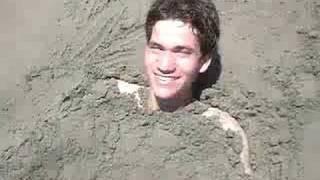 Lau enterrado en la arena parte 3